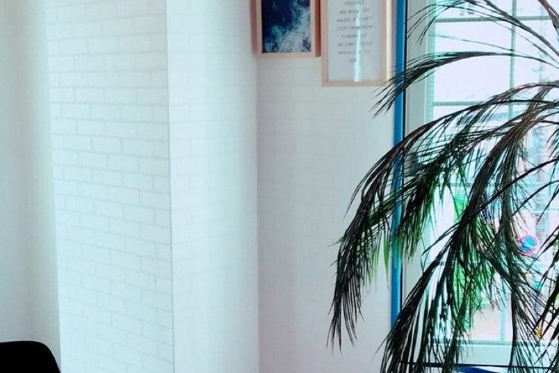 4人用会議室(LAルーム)解放感あふれるロサンゼルス風ミーティングルーム。打合せ・ワークショップにもぴったり。 の写真