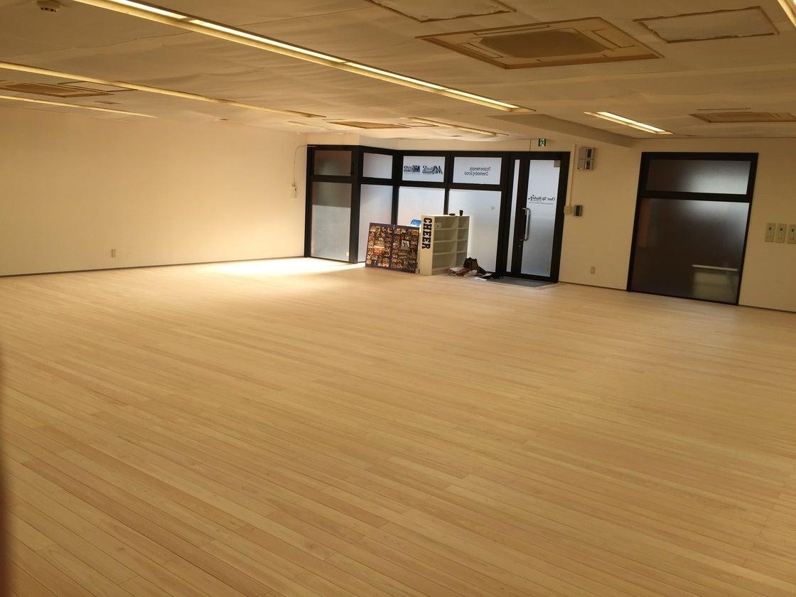 【新横浜駅徒歩7分】100人収容可!檜の床が足に優しい広々ダンススタジオ の写真