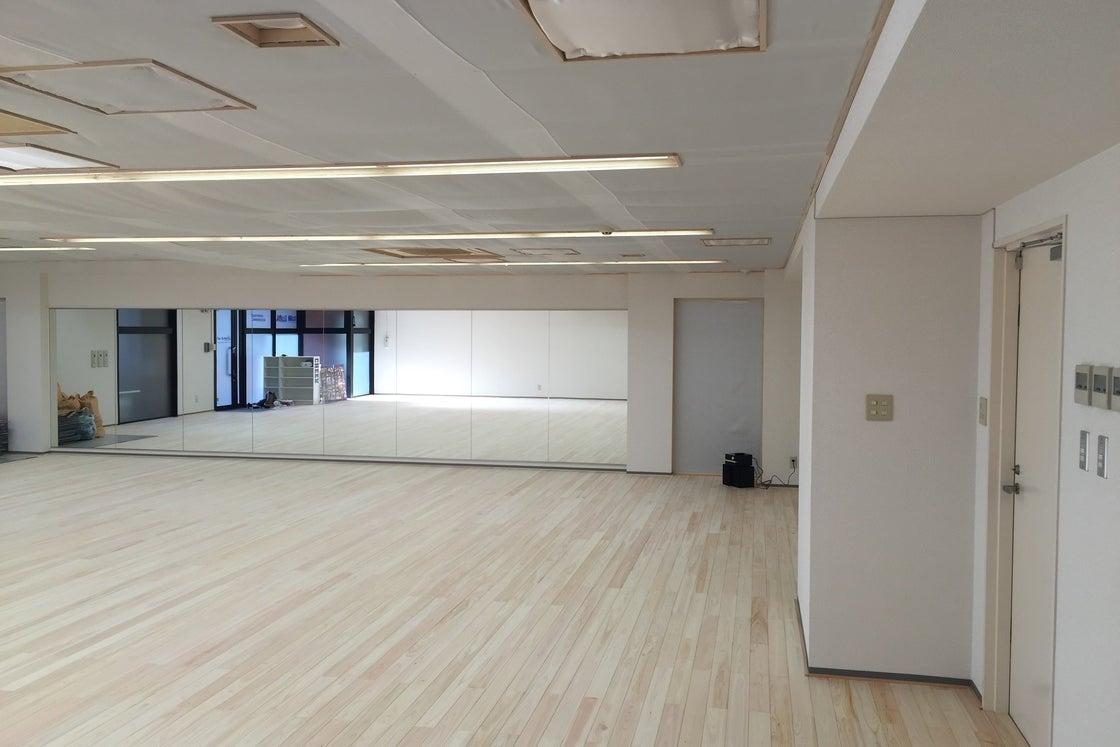 【新横浜駅徒歩7分】会議や集まりなら100人収容可!檜の床が足に優しい広々スタジオ の写真