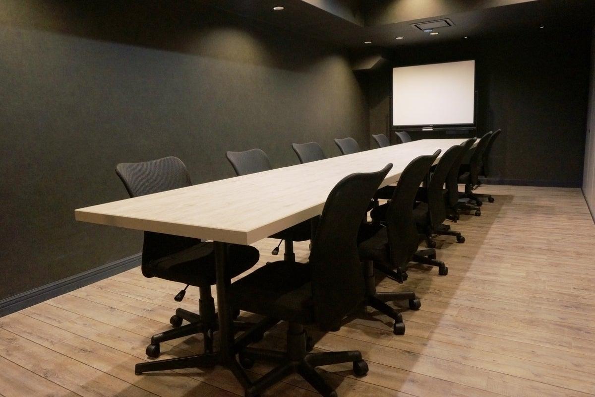 電源・Wi-Fi完備!モニター・ホワイトボード無料貸出!12名まで入室可能な会議室(RoomB) の写真