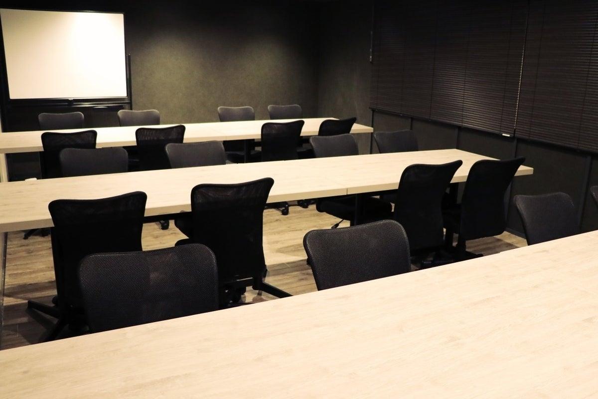 電源・Wi-Fi完備!モニター・ホワイトボード無料貸出!24名まで入室可能な会議室(RoomC) の写真
