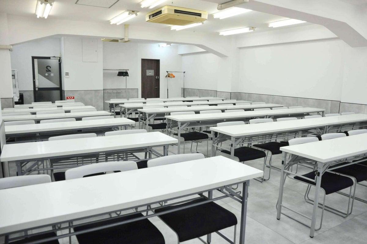 茅場町駅から30秒!61名収容の白を基調とした明るい空間/2F大会議室 の写真