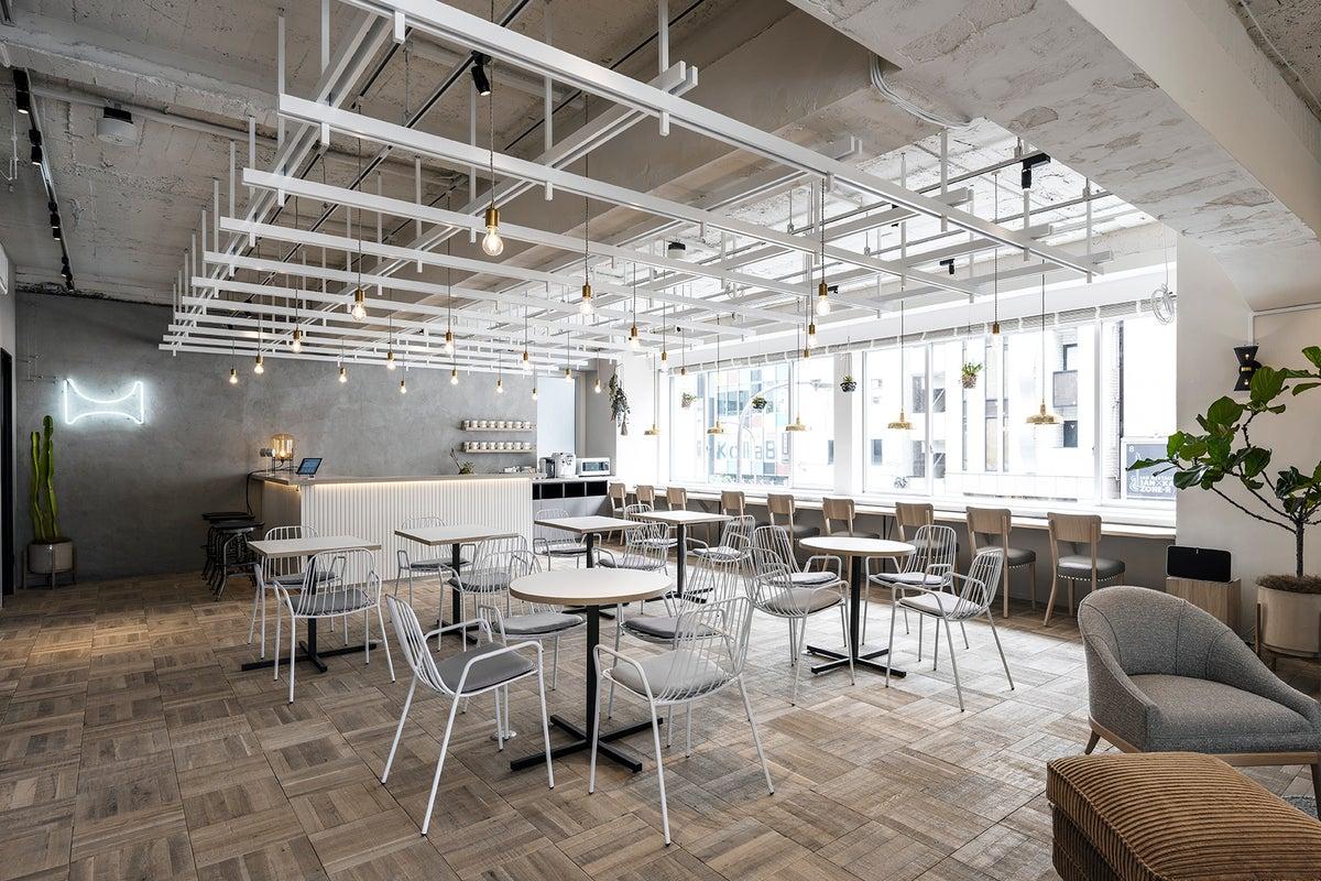 六本木駅徒歩30秒。東京ミッドタウン横の好立地。質の高いデザイナーズ家具が揃った天井高3m以上のラウンジスペース。 の写真