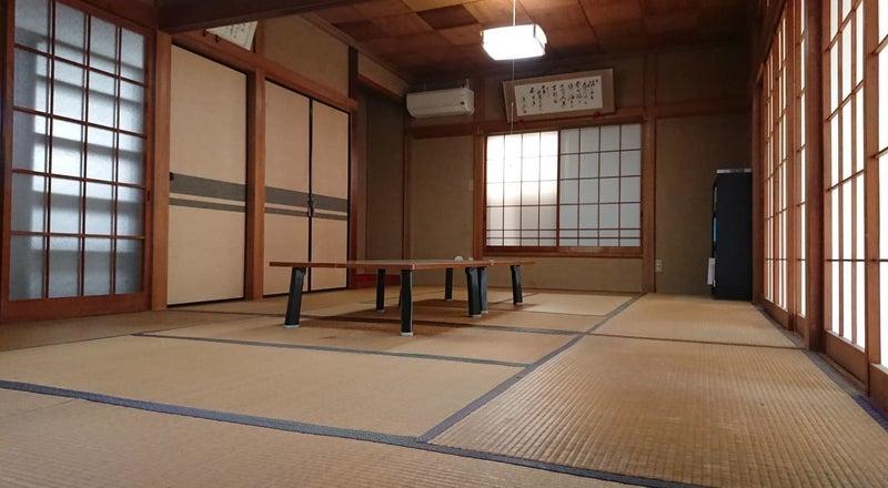 縁側からやさしい光の入る和室です。6+8畳で宴会や打合せなどゆっくり過ごせます。