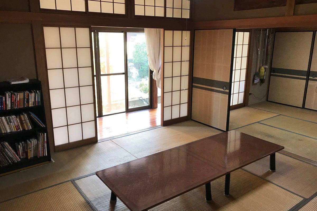 縁側からやさしい光の入る和室です。6+8畳で宴会や打合せなどゆっくり過ごせます。 の写真