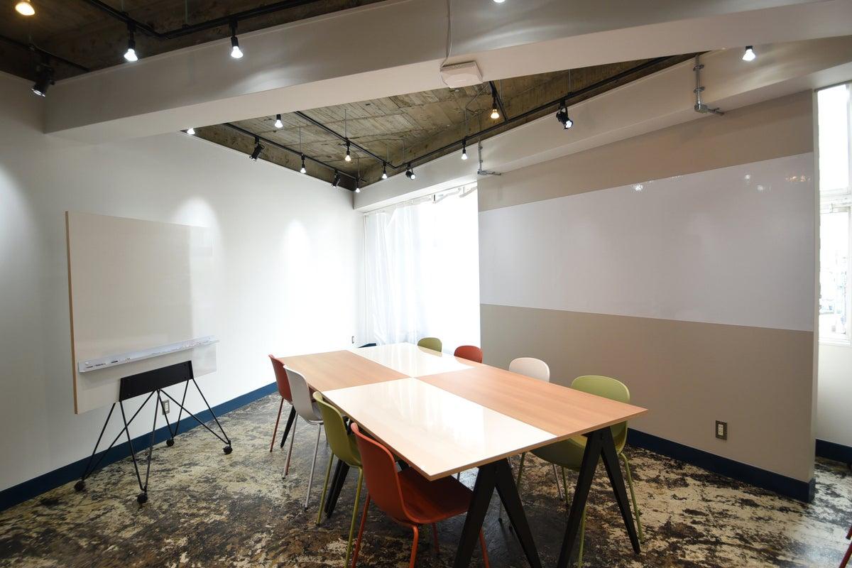 【新宿駅南口徒歩1分・〜20名前後・24時間利用可能】セミナー、会議、オフサイトMTGなどに♪ の写真