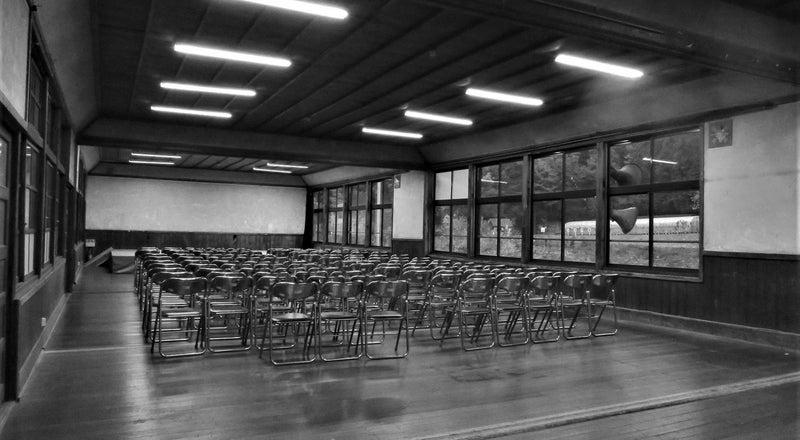 築100年近い木造校舎の「講堂」コスプレやポートレート撮影大歓迎!廊下・階段なども撮影し放題。営業時間9:00-17:00