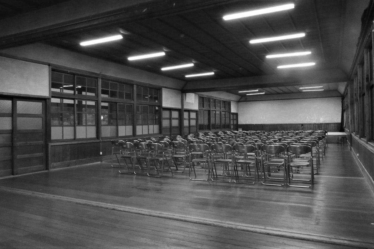 築100年近い木造校舎の「講堂」コスプレやポートレート撮影大歓迎!廊下・階段なども撮影し放題。営業時間9:00-17:00 の写真