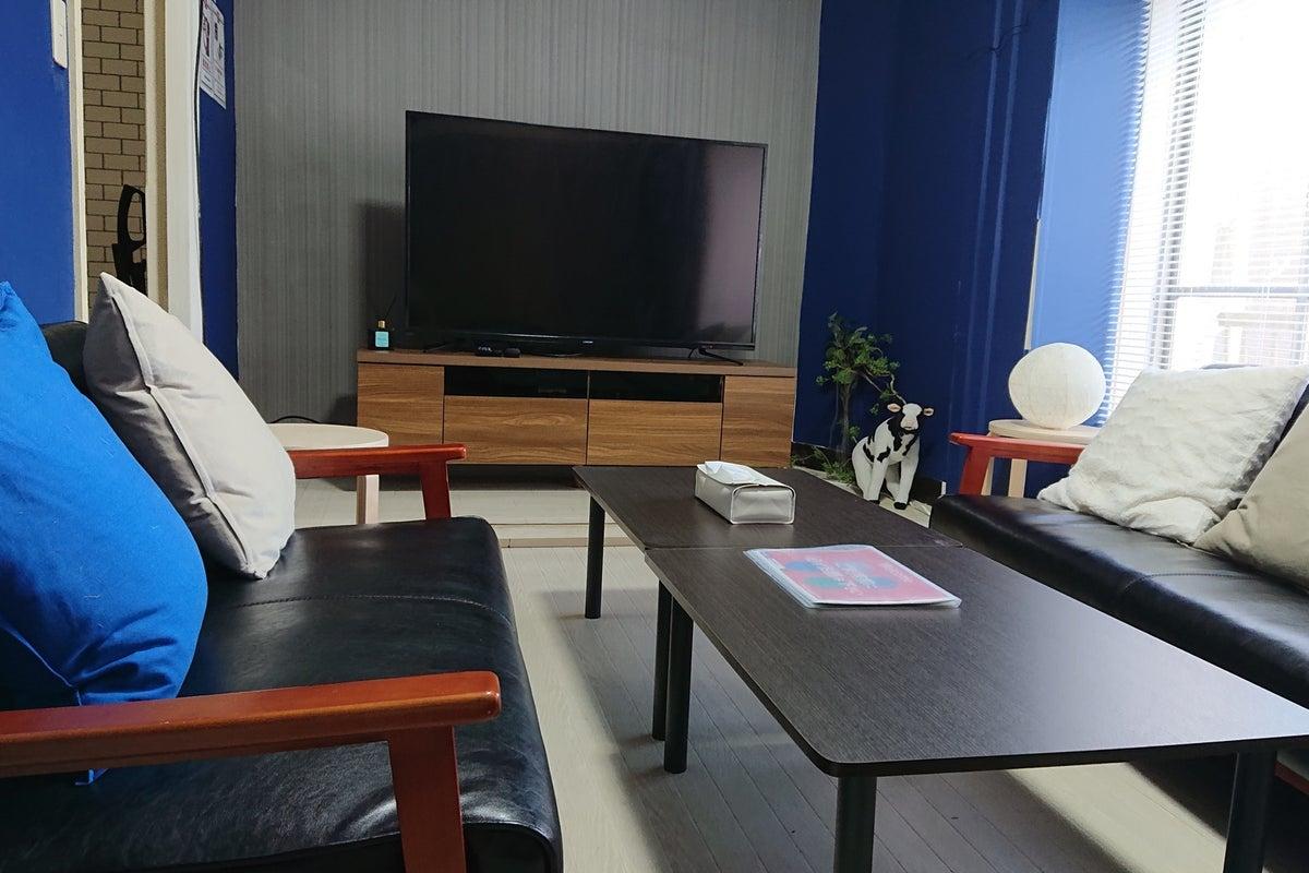 091【スペレン新宿三丁目】最大15名/レトロでカラフルな3部屋/55インチTV/キッチン/Wi-Fi/24H/撮影会にも◎ の写真