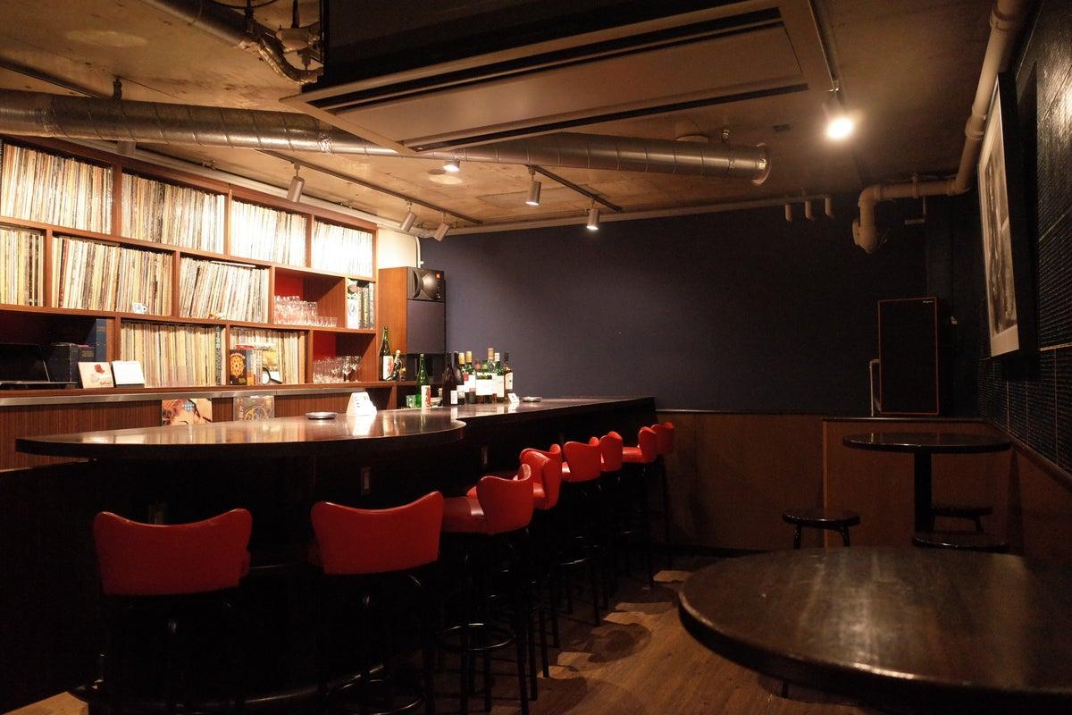 恵比寿駅徒歩5分アナログレコードの並ぶバー。貸切の飲み会や写真撮影に最適!! の写真