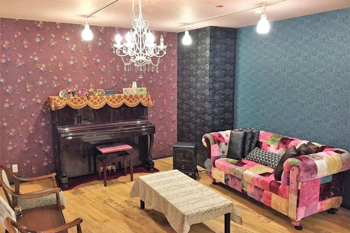 セカオワソファーやピアノ、キッチンがあるオシャレ空間/最大50名✨キレイ清潔✨パーティー、撮影、女子会【久屋大通 徒歩5分】 の写真