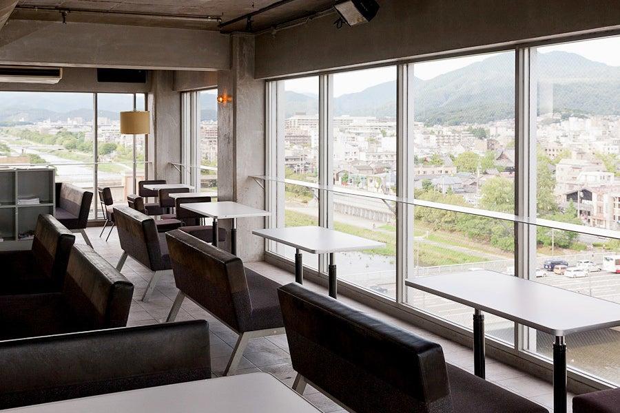 【三条木屋町】〜Ace cafe〜 鴨川・東山を一望できる、ビル最上階のスペースです♪パーティ・ロケ撮影・会議などに! の写真