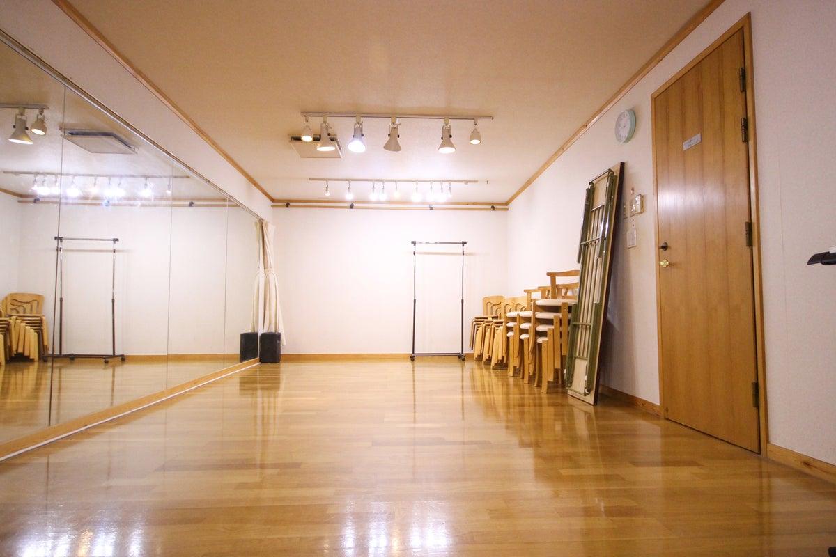 【料金値下げ(2019/5/10付)】防音完備!楽器演奏、ダンス、稽古、発表会にも。青いお洒落な建物の地下にある鏡付きスタジオ。 の写真