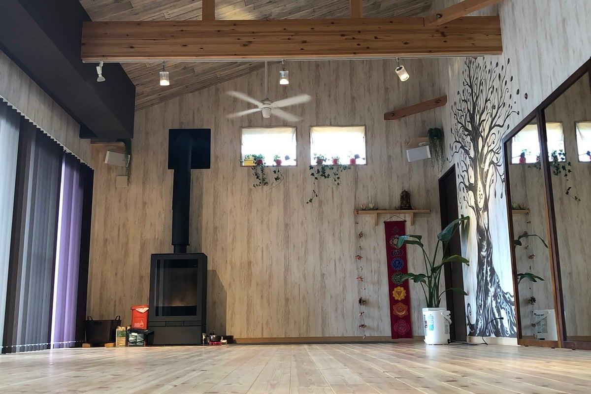 吹き抜け感と薪ストーブのある木の温もりのスペースです の写真