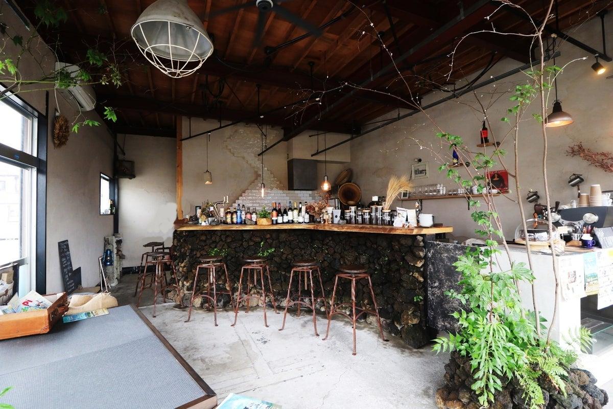 溶岩で出来たカウンターや自然を感じられるオシャレな店内!人気のカフェでお試しランチ営業! の写真