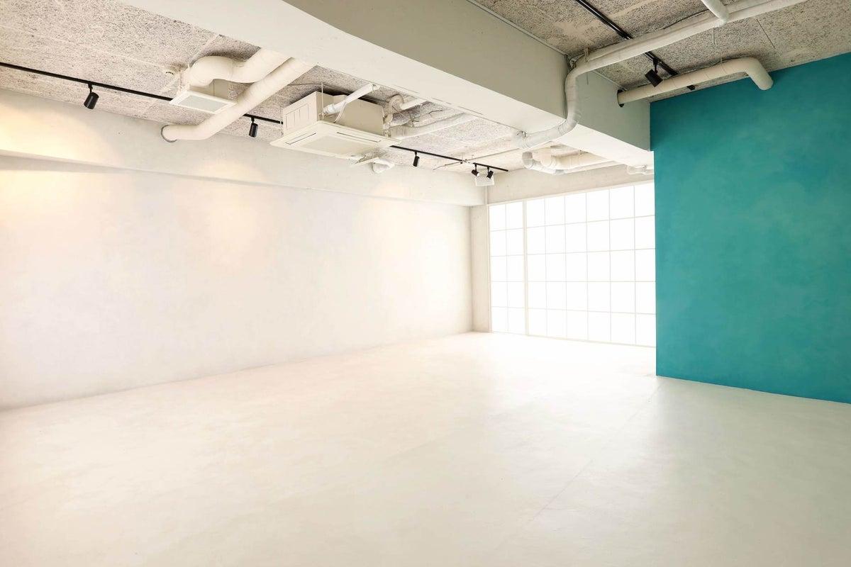 【京浜東北線 埼玉県 蕨市徒歩3分】手塗りの白壁白床。一日キレイに撮影できる埼玉の格安撮影スタジオ の写真