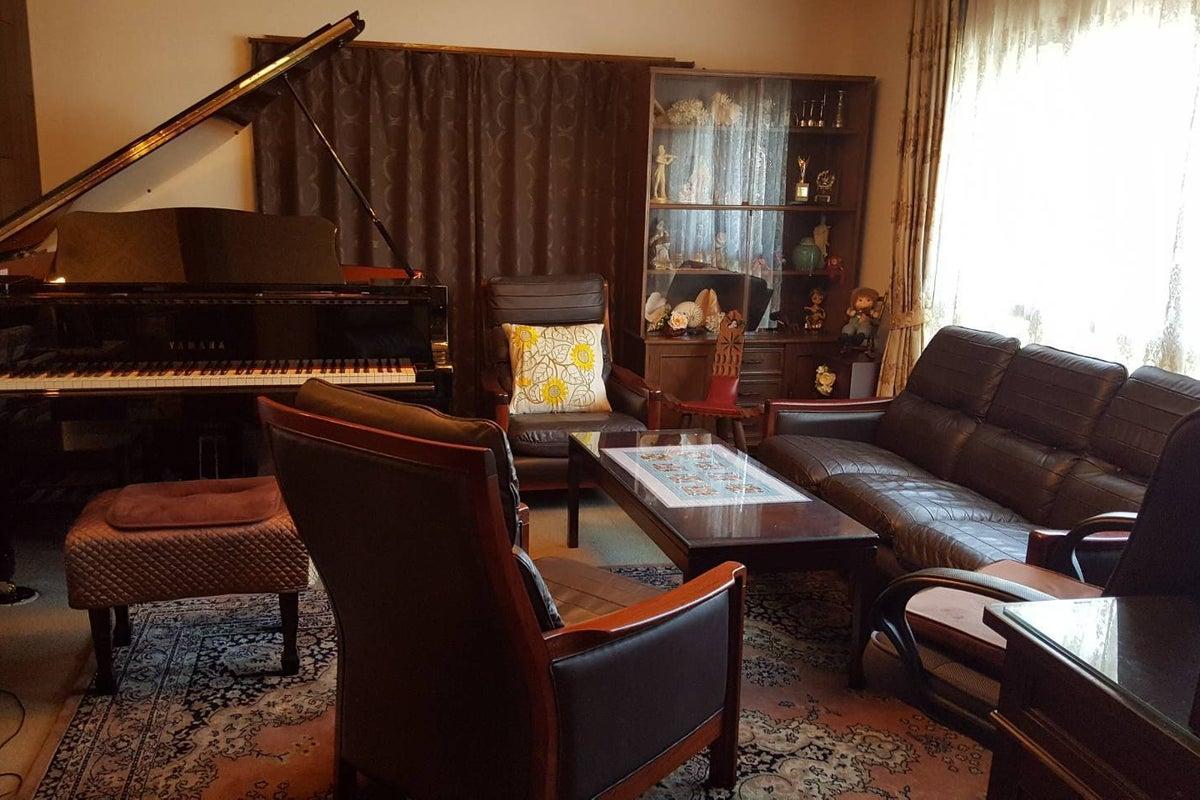 南海高野線初芝駅より徒歩3分! 落ち着いた雰囲気の中でグランドピアノやアンティーク調ピアノが弾ける、撮影にも最適な空間です! の写真