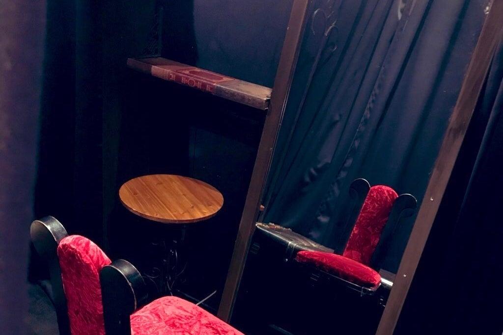 シャンデリア輝くゴシックなカフェスペース!撮影用機材アリ!コスプレ撮影、オフ会、女子会に♪ の写真