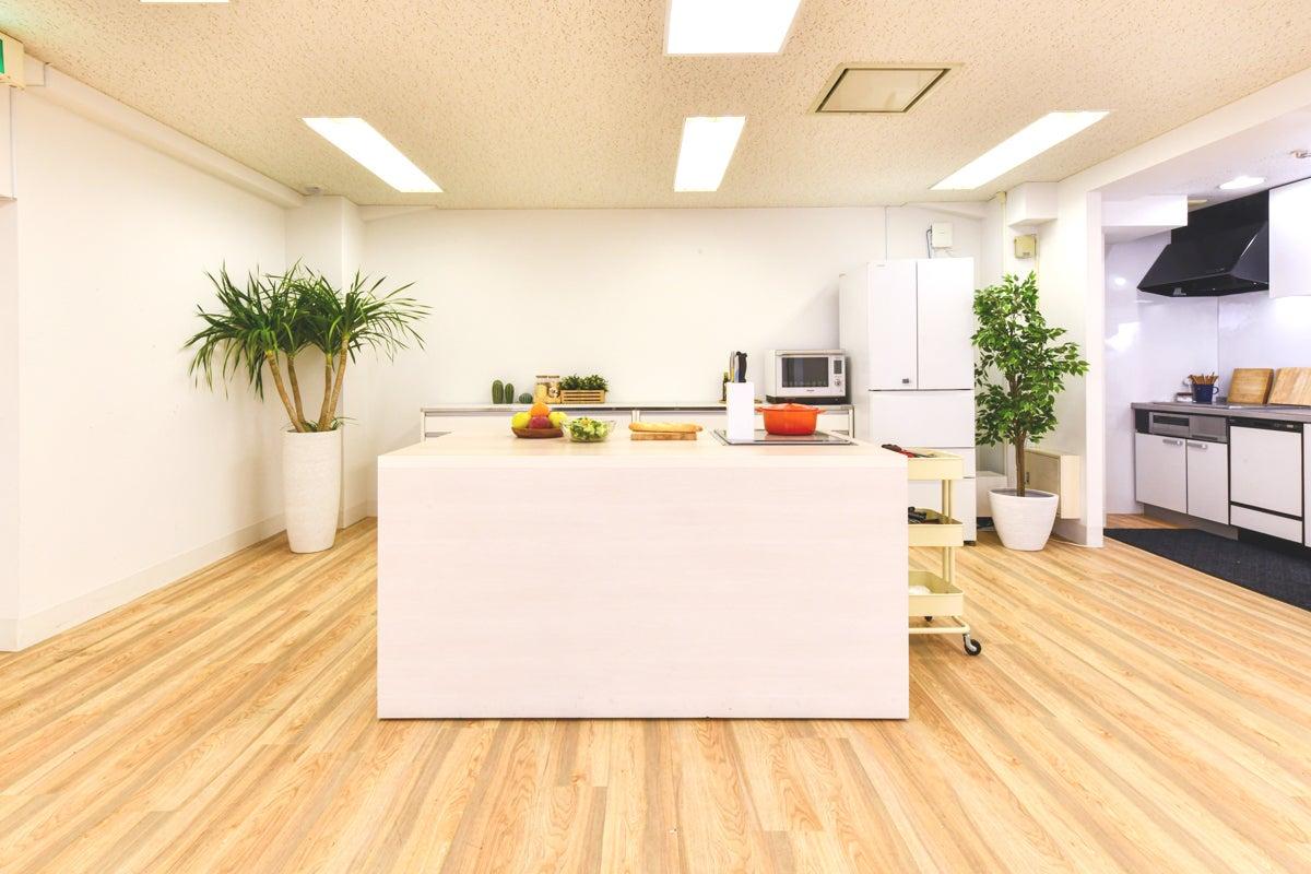 【外苑前・表参道】駅近・キッチン付き・イベントやセミナー、撮影に最適な白壁スタジオ の写真