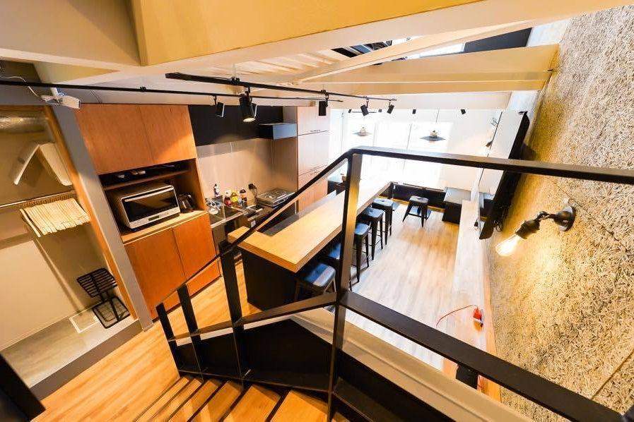 OPEN割✨3-4階【新装キレイ✨】贅沢2フロア貸切 吹き抜けから注ぐ自然光 カウンターキッチン 大型モニタあり ごみ処理無料! の写真