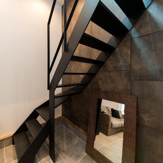 階段は午前に自然光があたるため階段での撮影も可能です。