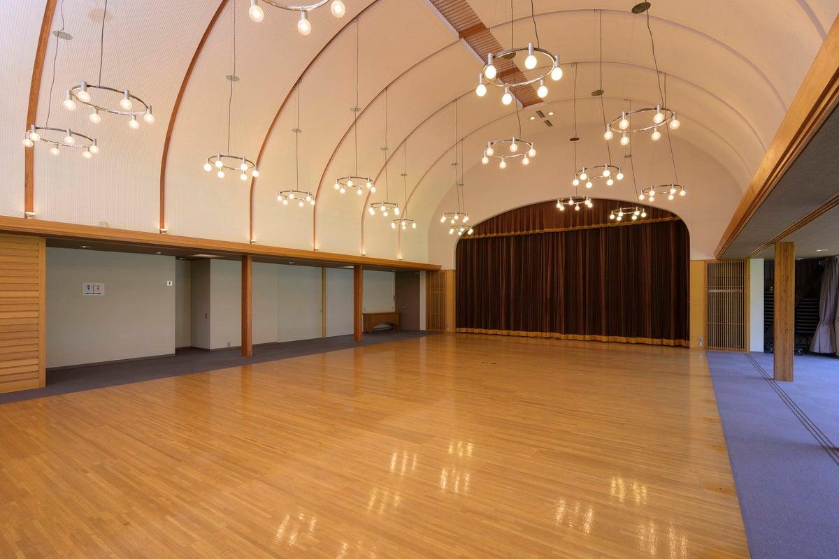 広々した芝生の見える開放的なホール!パーティー・撮影会・ロケ・セミナーなどに! の写真