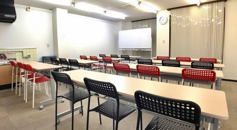 金沢駅東口徒歩8分。(ロイヤル)24名着席可、プロジェクター&スクリーン、高速Wi-Fi無料。近隣パーキング多数の貸会議室。