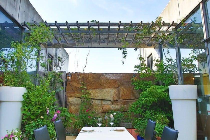 ビル最上階、中庭のあるレストラン。撮影やセミナー、演奏会等に。中庭も完備。 の写真