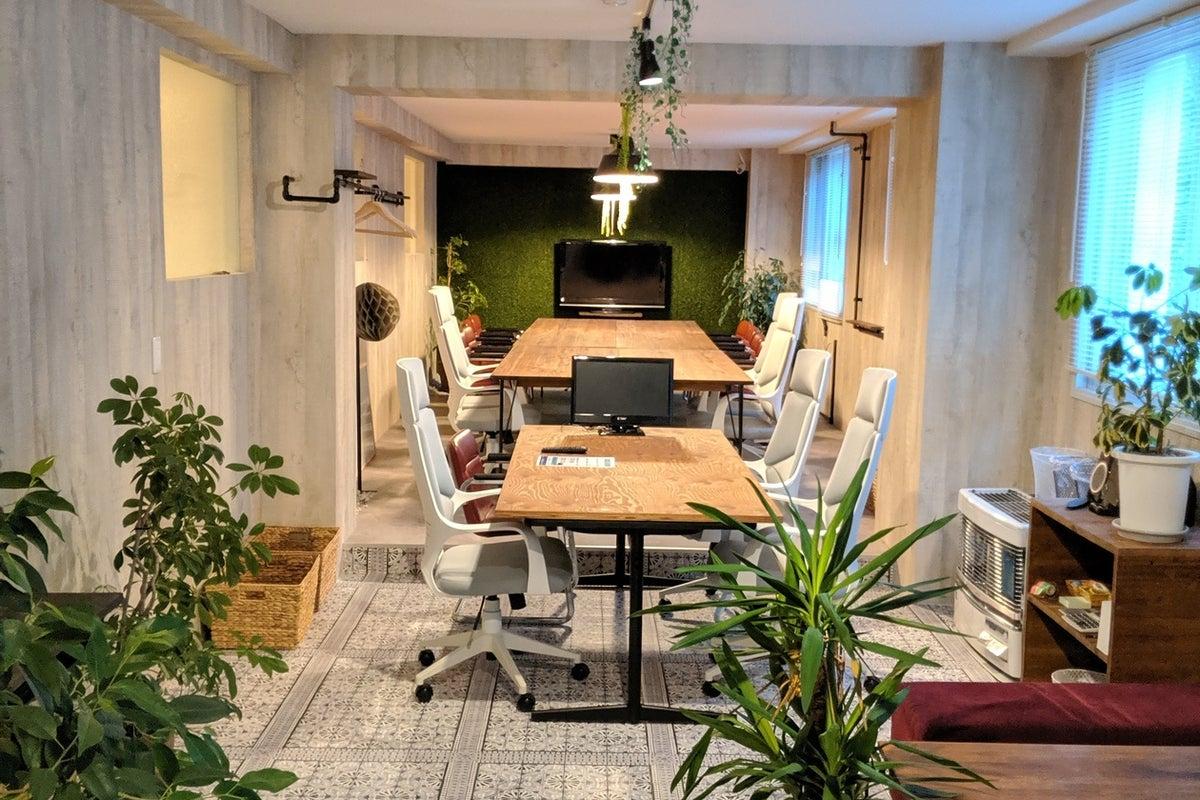森がみえて室内に観葉植物 洗練された空間 の写真