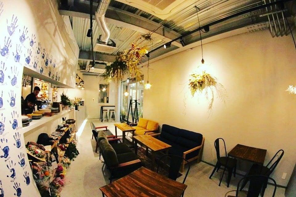 カフェバーの店舗スペース。鉄骨とドライフラワーのお洒落な空間をお楽しみください! の写真