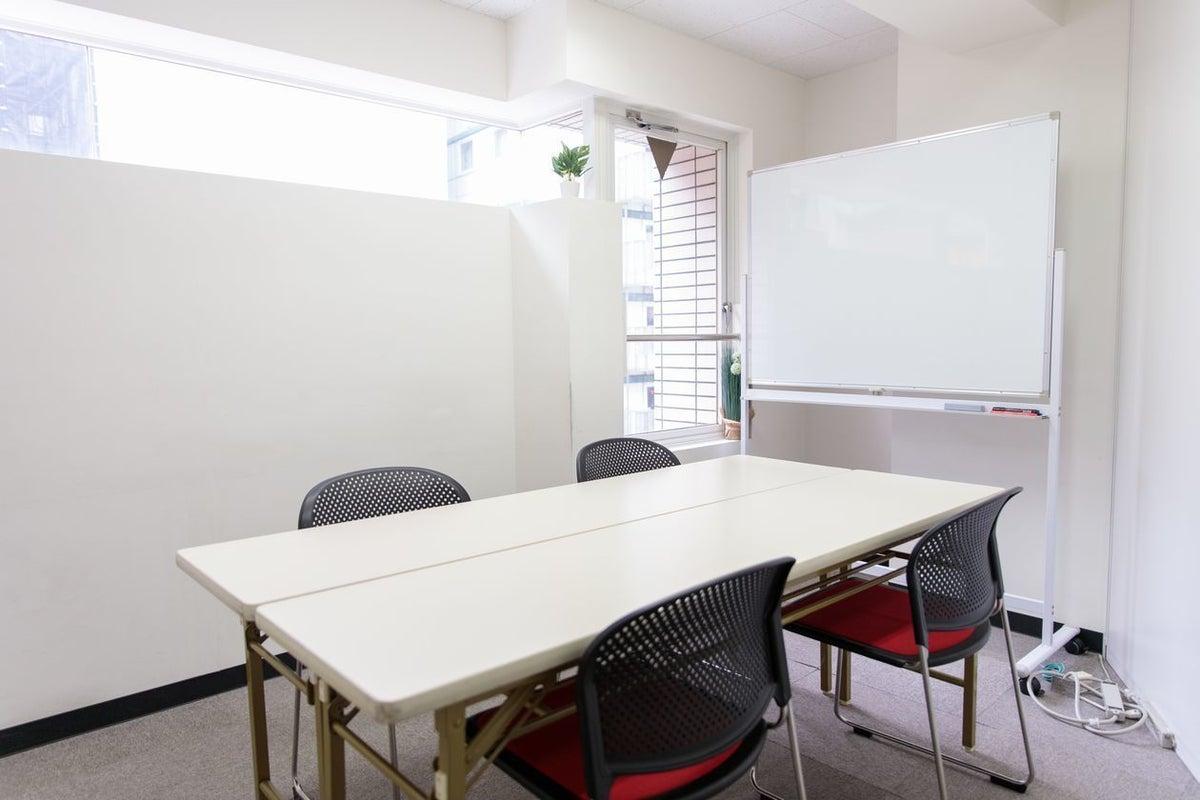 【窓付きスペース】明るいお部屋です!無料Wi-Fi、ホワイトボード、空調完備★404号室 の写真
