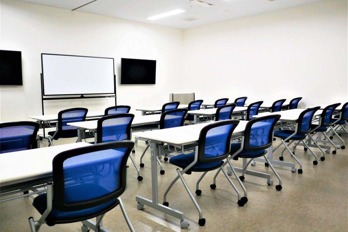 【拝島】複合施設内で駐車場も完備!スタンダードな使いやすい貸し会議室1+2 の写真