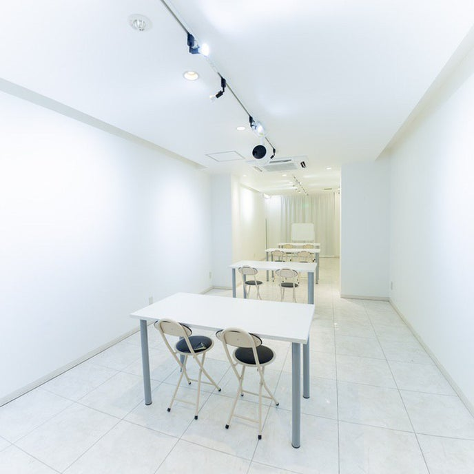 常設の机は2台、椅子は4脚と、3人掛けのソファ(無料)がございます。4脚以上の椅子をご希望の際はオプションをご利用ください。(¥300/1脚)