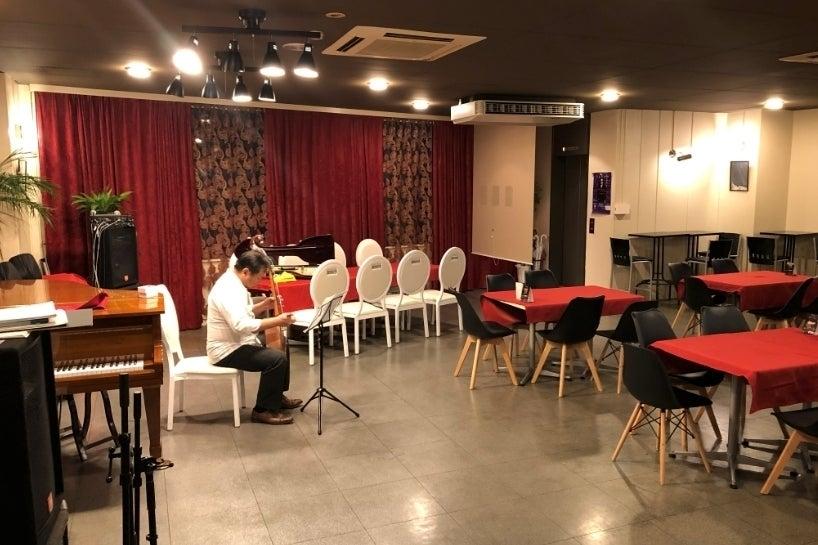 グランドピアノ・PA完備!100名程度のコンサート・イベント・会議・各種企画などに の写真
