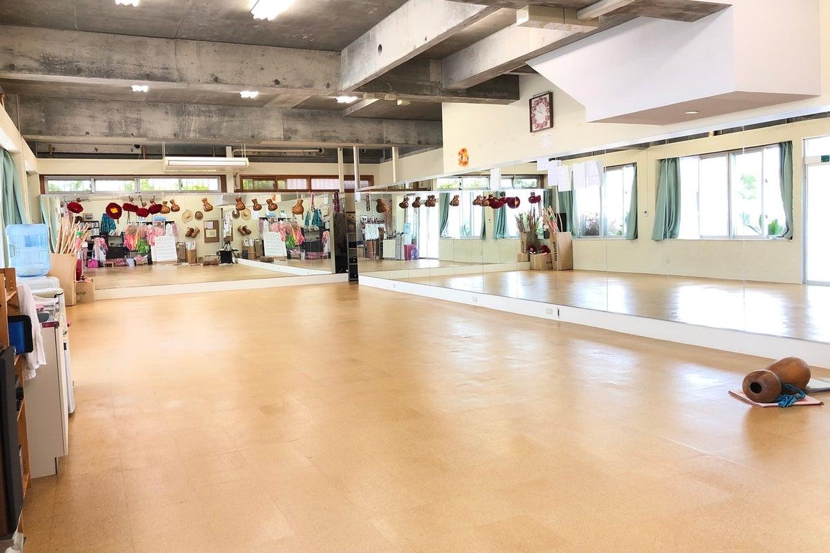 【スタジオ】沖縄/豊見城 鏡張りの広々スペースでダンスレッスンやヨガ、余興の練習などに最適! の写真