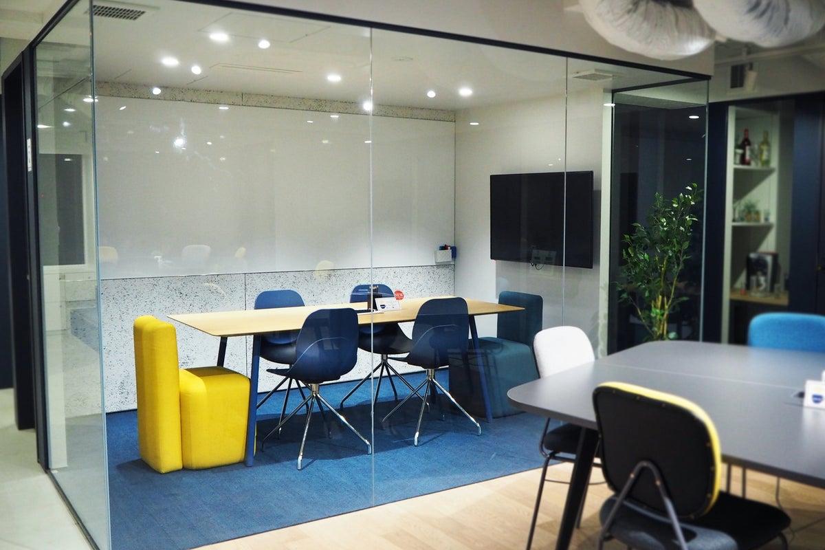 《六本木ヒルズ徒歩1分》◆ガラス張りの会議室◆wi-fi・モニター・ホワイトボード完備・カフェ併設 2F(A)〈4~6名〉 の写真