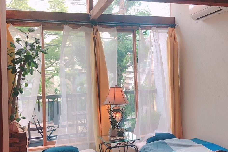異国情緒漂う花屋の2階東向き全面窓の自然光の入るデザインホテル 撮影・ワークショップに最適 の写真