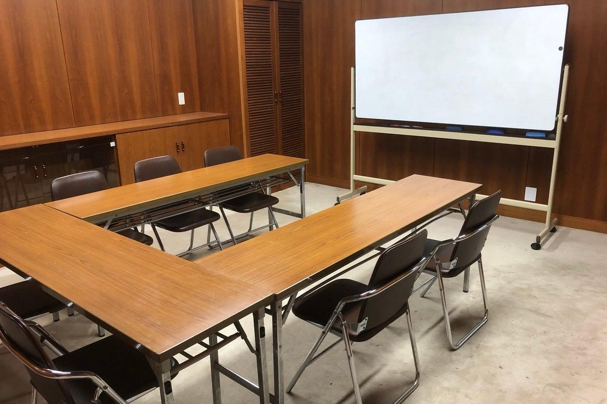 車での来場OK!8名収容可能!学校らしい静かな環境で、会議室として利用できます! の写真