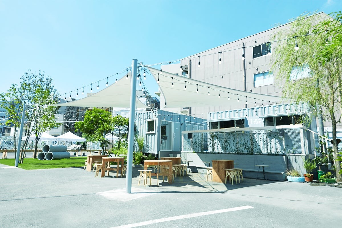 屋外ステージとスクリーン、芝生、土管!?もあるレンタルスペース。開放的な空間で、幅広い用途に対応! の写真