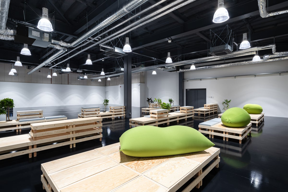 最大150名テーブル着席可能!!大型イベントスペース・会議・レッスン利用などに!高速WiFi完備、プロジェクター、音響完備 の写真