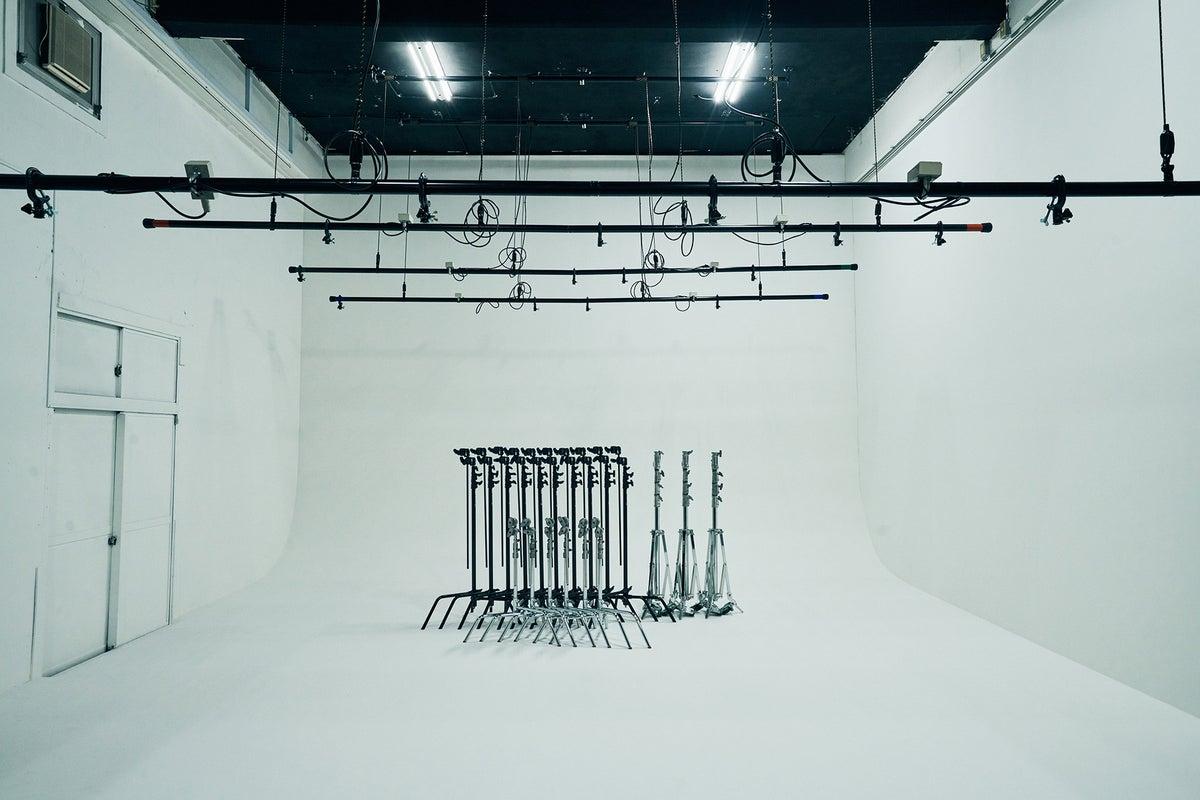 約60平米の白ホリゾントスタジオと自然光の入るスペース の写真