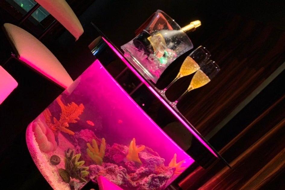 魚が泳いでるテーブル水槽が魅力的な高級感溢れる個室スペース!女子会・パーティ・オフ会・撮影などに! の写真