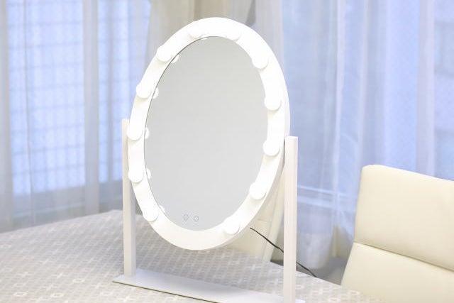 【窓あり】クリアガードあり 自然光が入る壁にミラー付きのレンタルサロン の写真