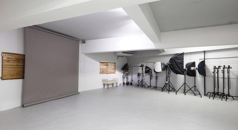 メイクスペース2箇所、自然光での撮影も可。 25坪の広々スペースです。