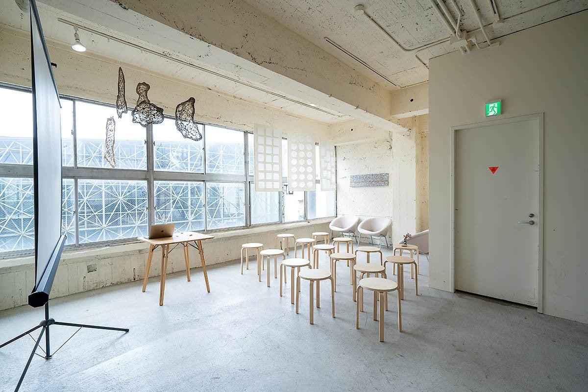 【クラフトブリッジ 】大きな窓から自然光が入る白を基調としたスペース/撮影・セミナー・イベント の写真