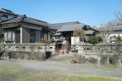 二棟続きの大きな屋敷です。(皆様びっくりされます!)皆様の集いの場所としてご利用ください。庭にはBBQスペースもあります。 の写真