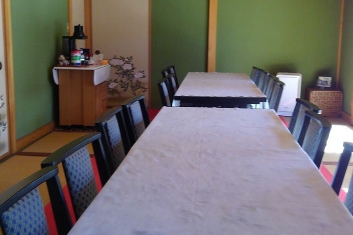 テーブル・16人分椅子常設でキッチン付き、会議等に多目的に使用出来ます の写真
