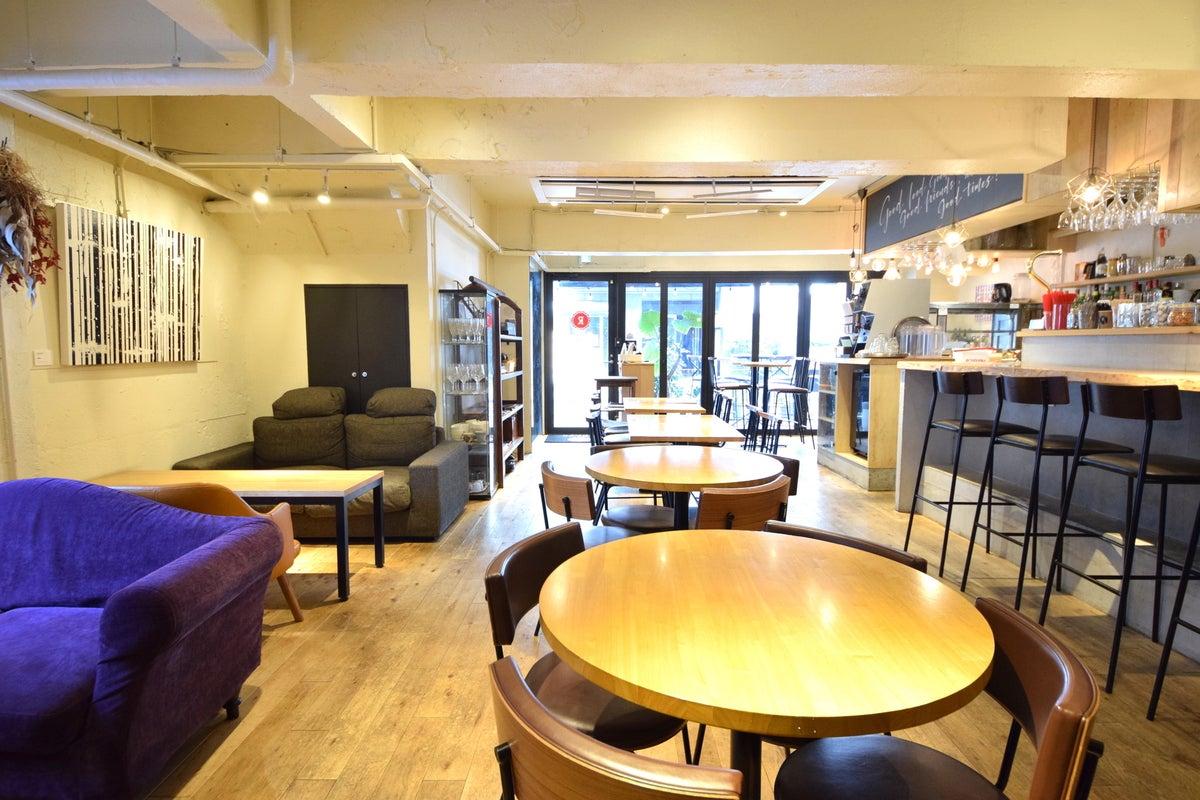 【渋谷・表参道・青山】 レンガ壁の外観が特徴的な路面実店舗カフェ。動画やスチール撮影など様々な用途に使えるレンタルスペース。 の写真