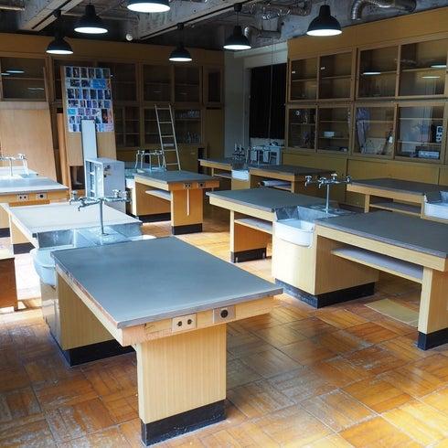 理科室/東京都/奥多摩/自然に囲まれた廃校 中学校の机と椅子がそのまま残ってます! の写真