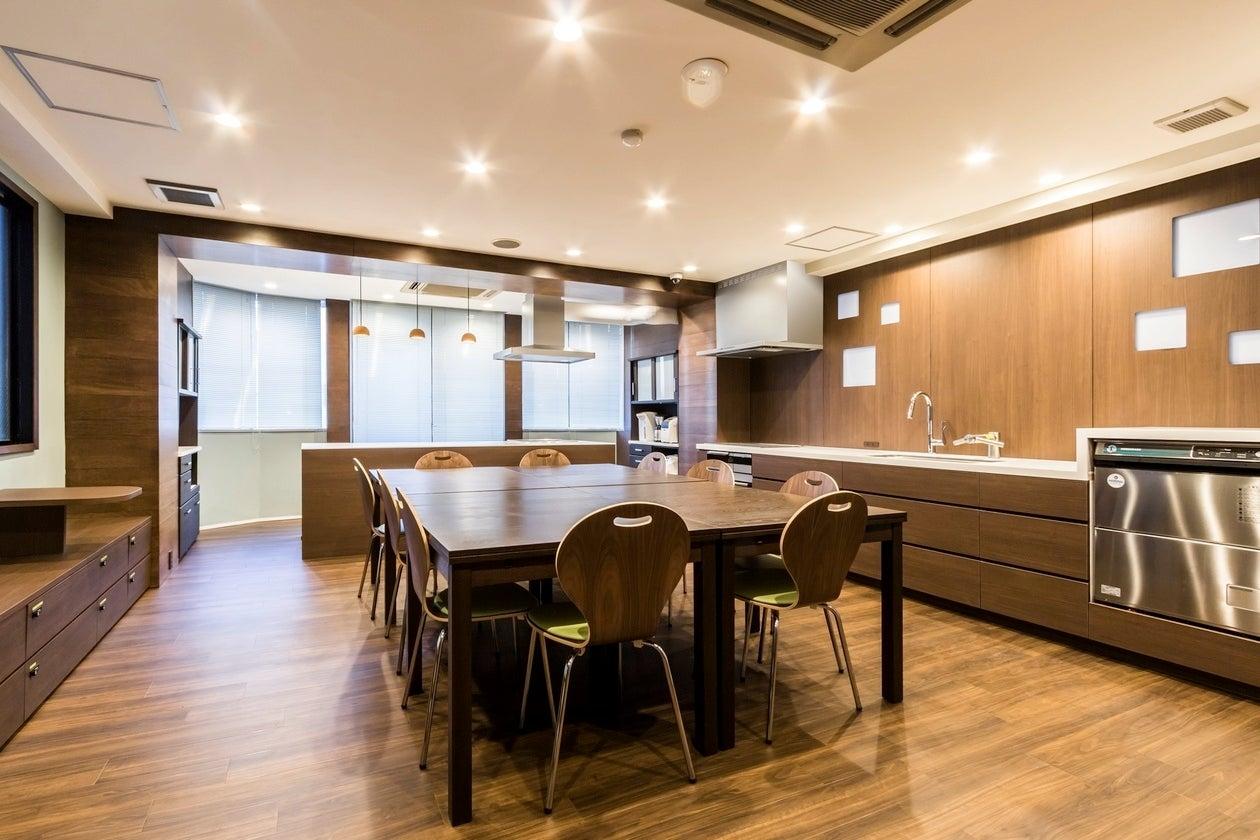 曙橋駅から30秒の貸切キッチンスペース。木目調のオシャレな室内は調理設備が充実。パーティーやセミナー、ワークショップに最適です。